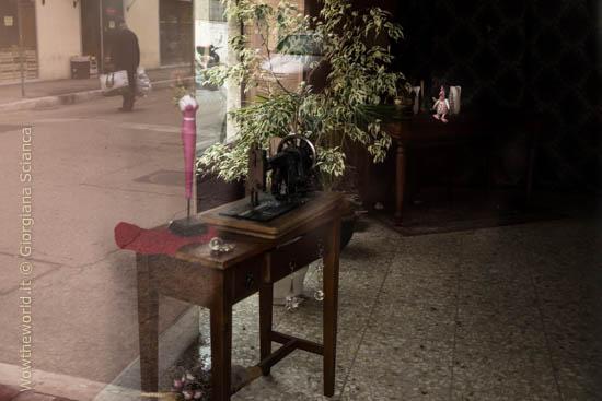 La vetrina quasi vuota di un antiquario in centro a Pescara