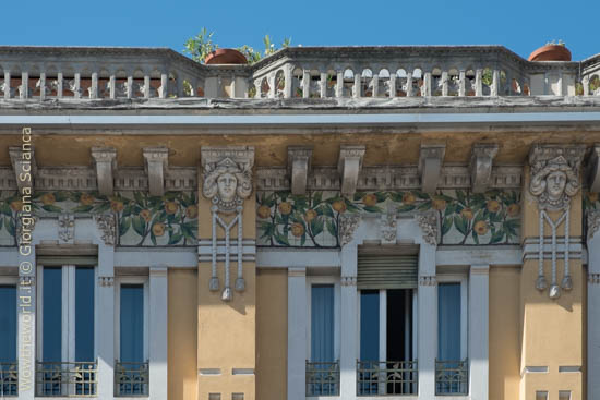 Dettaglio della facciata liberty di Palazzo Michetti, a Pescara