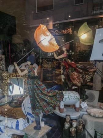 Lampade artistiche Little Girl, ispirate al vento forte che soffia in Grecia. In vendita al Lithos, a Pescara