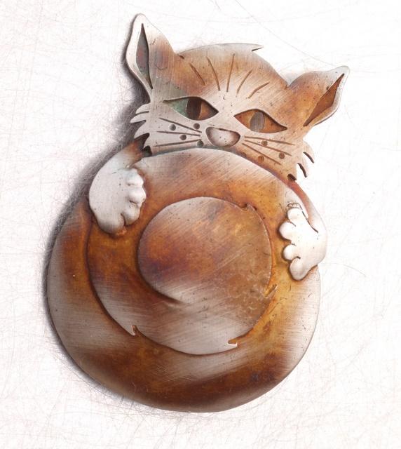 Srebrny broszko-wisior Kot za Ogonem