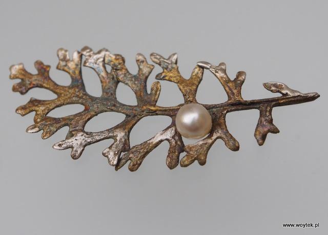 Srebrna broszka Mróz z perłą