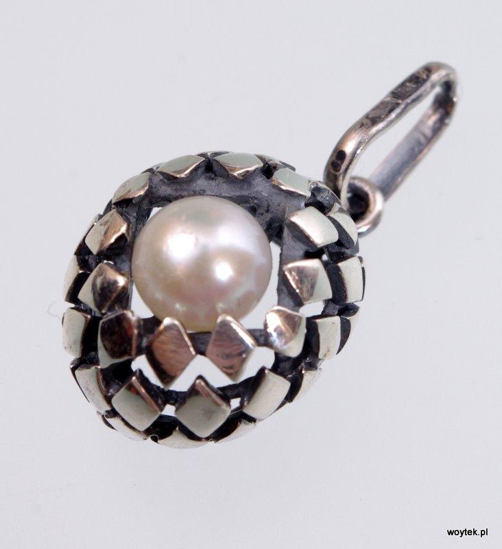 Srebrny wisiorek Łuski z perłą