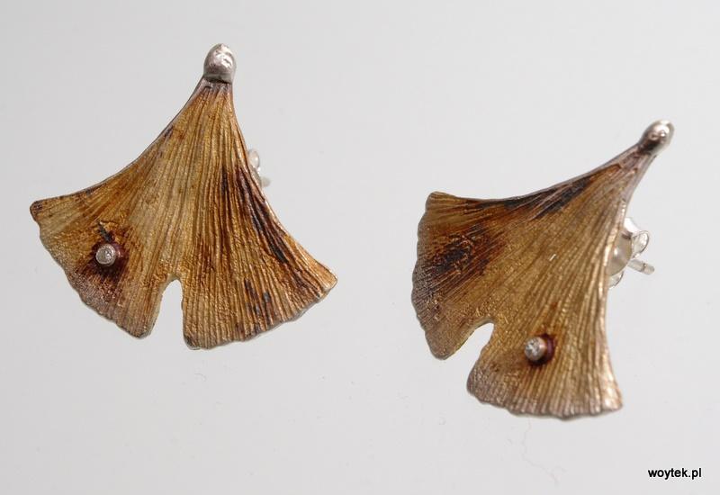 Srebrne oksydowane kolczyki Ginko na sztyfcie