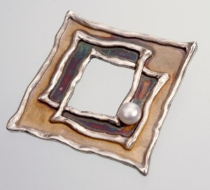 Srebrna broszka z okienkiem i perłą Podwójny Kwadrat