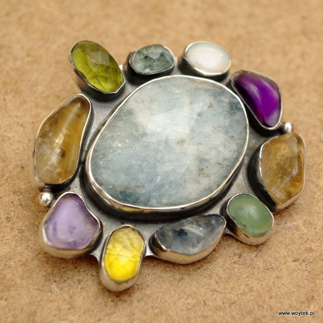 Srebrna broszka z kamieniami