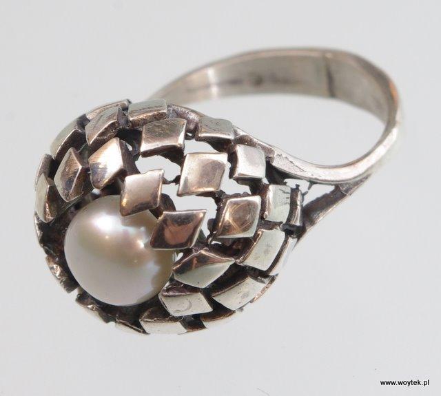 Srebrny pierścionek Łuski z perłą