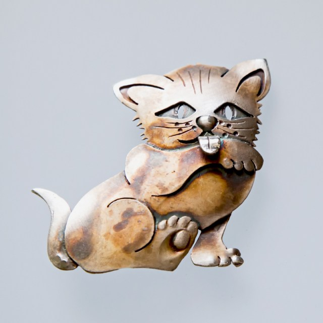 Srebrny broszko-wisior Kot Liżący Łapę