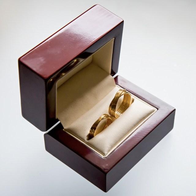 Złote lub srebrne obrączki zaplatane