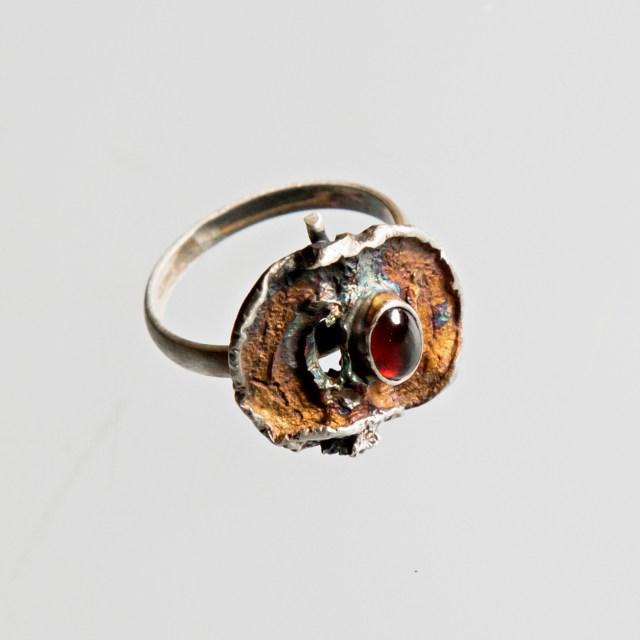 Srebrny pierścionek Jabłko z granatem