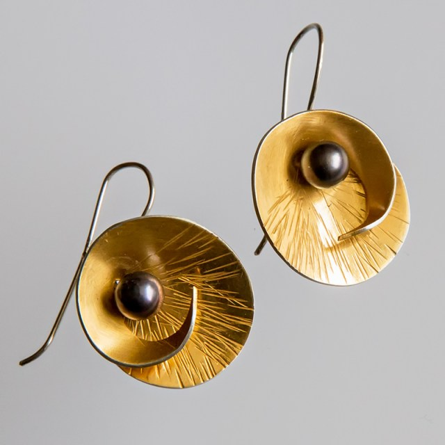 Srebrne pozłacane kolczyki Zwijane z czarną perłą