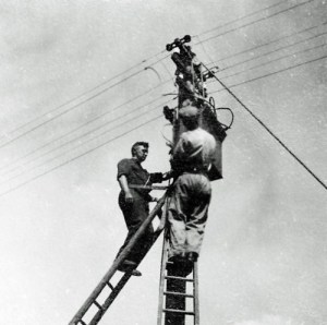 SWEHS 3.2.188.jpg - Date c1930 - Overhead line work on low voltage balancer. Bristol, Unknown location .