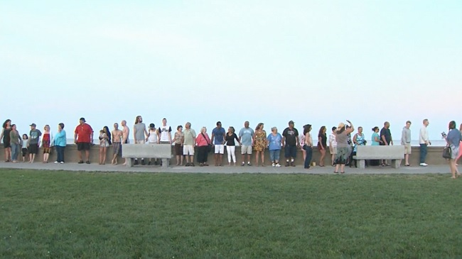Dozens hold hands in Narragansett as a sign of peace_331396