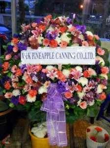 พวงหรีดดอกไม้สดจัดแบบหลายสไตล์ ของ โรงแรม ดิ เอมเมอรัลด์ จัดส่งที่ วัดเสมียนนารี หรีด ณ วัด ขอร่วมแสดงความเสียใจแก่ครอบครัวผู้เสียชีวิตด้วยนะคะ