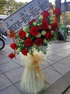 พวงหรีดพัดลม แต่งด้วยดอกกุหลาบแดง จาก พี่กล้วย-พี่ไก่-พี่อึ่ง-พี่แอว จัดส่งที่ วัดดอนเมือง หรีด ณ วัด ขอแสดงความเสียใจอย่างสุดซึ้งต่อการจากไปของท่านผู้เป็นที่รักค่ะ