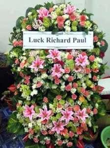 พวงหรีดดอกไม้สด แบบซ้อนกัน 2 ชั้น สั่งโดย คุณ Luck Richard Paul จัดส่งที่ วัดหัวลำโพง หรีด ณ วัด ขอร่วมแสดงความเสียใจต่อการสูญเสียบุคคลที่คุณรักด้วยนะคะ