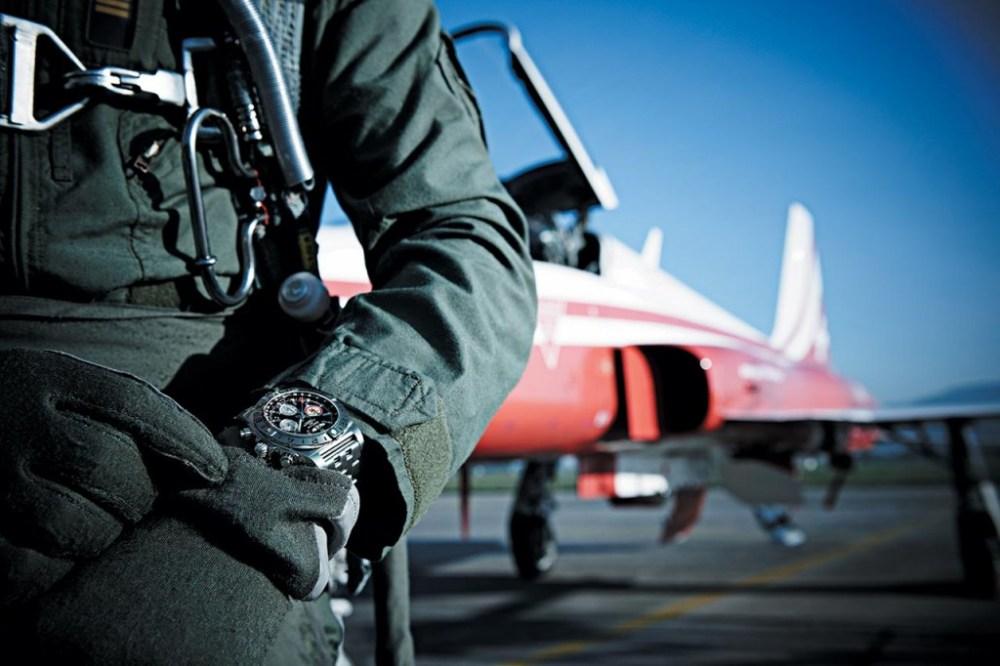 Chronomat-44-GMT---Patrouille-Suisse-50-ans_Original_2131