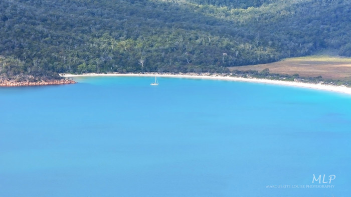 Zooming in on Wineglass Bay from the Wineglass Bay lookout