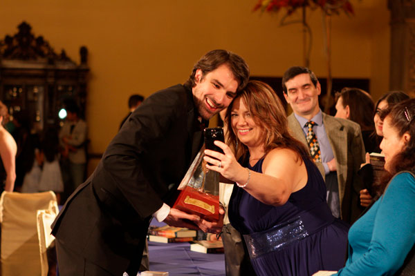 A fan gets a selfie with Matt Dovey and the Gold Award at the reception.
