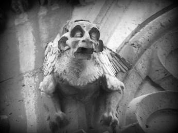 Jeden z gargulców na katedrze Notre-Dame