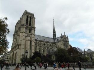 Widok na katedrę Notre-Dame z boku