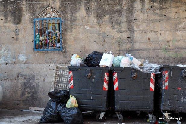 Palermo, miasto kontrastów: śmieci i kapliczka