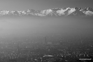Widok z Supergi na zasnuty smogiem Turyn