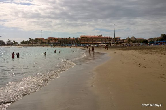 Jasny piasek na plaży w Los Cristianos