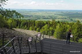 Platforma widokowa na Łysej Górze nad gołoborzem