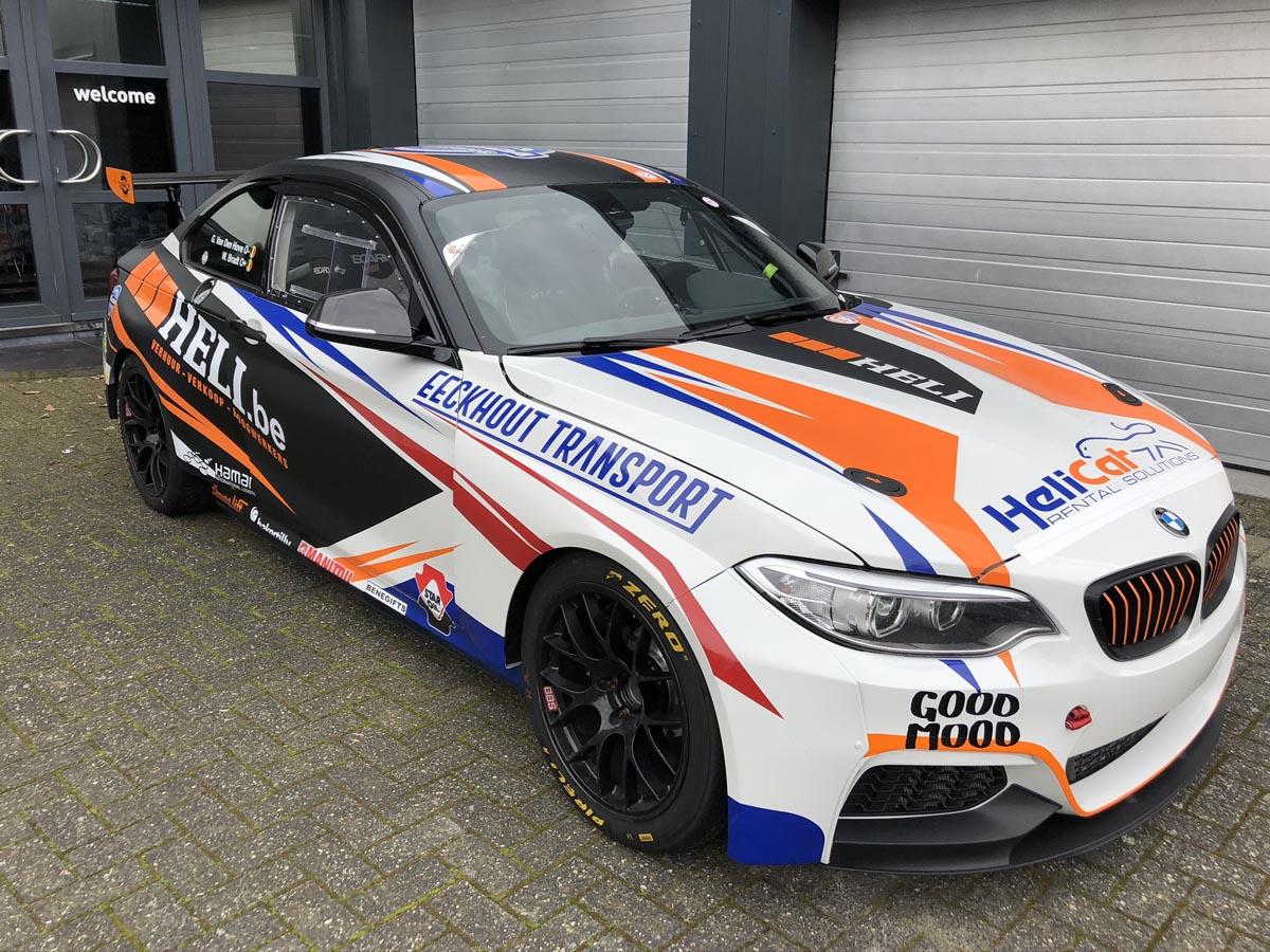 Bestickering sportwagen met sponsors
