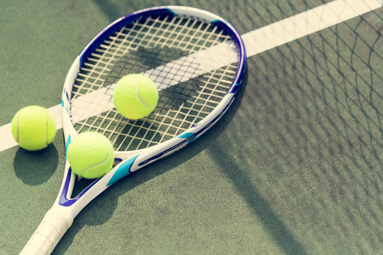 Tennis balls on a tennis court_1535218266664