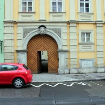 Eines der wenigen erhaltenen und sanierten alten Häuser in der Semmelstraße.