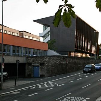"""Das """"Deutschaus Gymnasium"""" an der Zeller Straße. Das Original-Gebäude stammt aus dem Jahr 1975 und wurde 2008 generalsaniert und um einen Neubau zur Straße hin erweitert."""