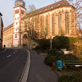 Die evangelisch lutherische Deutschhaus-Kirche im Mainviertel, ist die älteste, nicht im Krieg zerstörte Kirche der Stadt mit einer romanischen Kapelle und einem barocken Turm. Im Juni 1156 wurde hier Kaiser Barbarossa mit Beatrice von Burgund getraut.