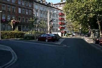 Saniertes Straßendreieck an der Bismarckstraße.