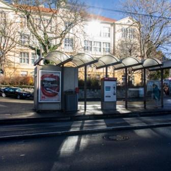 Endhaltestelle der Straßenbahnlinien 1, 3 und 5 in der Robert-Koch-Straße. Im Hintergrund das Gebäude der Pestalozzia-Schule (Hauptschule).