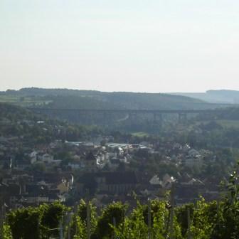 Da die Gartenstadt Keesburg auf dem Neuberg und damit auf einer Anhöhe liegt, hat man vielerorts die Möglichkeit einen schönen Ausblick zu genießen. Z.B. nach Randersacker, oder wie hier im Bild nach Heidingsfeld.
