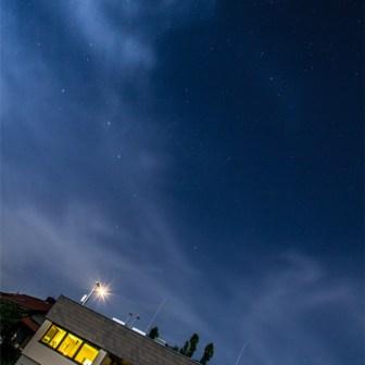 Blick in den nächtlichen Sternenhimmel bei Vollmond über der Wetterwarte am Ende der Matthias-Ehrenfried-Straße.