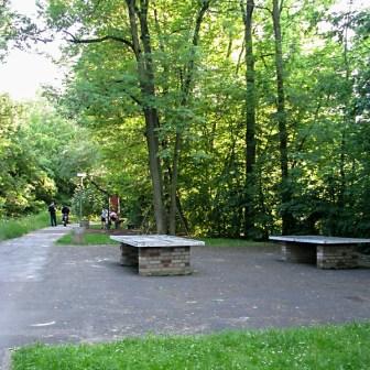 In die Jahre gekommende Spielplatzanlage hinter dem Ententeich.