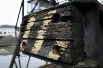 Das Holz des alten Prellbocks modert vor sich hin.