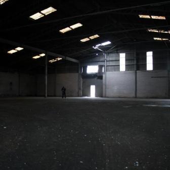 Eine alte offen stehende Lagerhalle mit unbeschreiblichen Gerüchen aus vergangenen Tagen.