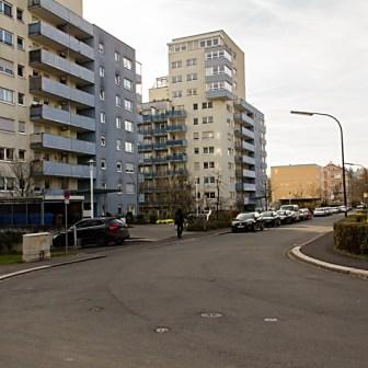 """Der Standort dieser Hochhäuser in der """"Gartenstraße"""" der Sanderau, verrät etwas über die Vergangenheit. Die Häuser wurden Anfang der 1990er Jahre an dieser Stelle errichtet und waren wohl die letzten wirklichen """"Hochhäuser"""" der Stadt die gebaut wurden. Zuvor befand sich auf dem Gelände eine alte Gärtnerei die lange Jahre verlassen, zugewachsen und mit eingeschlagenen Fensterscheiben dort stand. Ursprünglich gab es mehrere solcher Gärtnereien in der Sanderau und im Stadtgebiet."""
