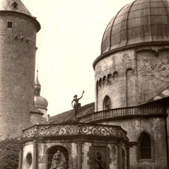 """Brunnentempel auf der Festung Marienberg im Jahr 1956. (Quelle: """"Nachlass von Jakob Ries (1897-1994), Darmstadt"""")"""