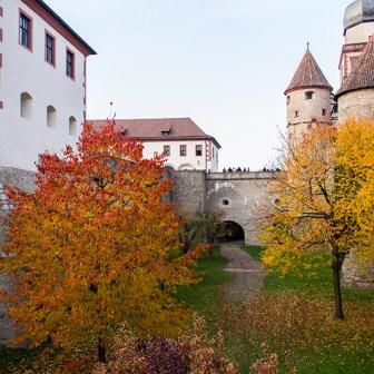 Blick in den zwölf Meter tiefen Halsgraben am Scherenbergtor und der Wolfskeelschen Ringmauer.