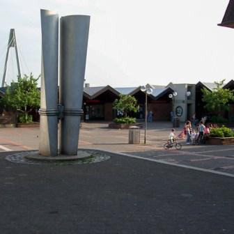 Marktplatz am Heuchelhof vor der Umgestaltung im Mai 2003. Damals war noch alles wie bei der Eröffnung in der Mitte der 1970er Jahre.