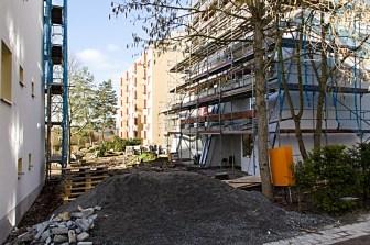 Aber das war noch lange nicht alles... Denn hier wurden Anfang 2013 viele Häuser der Bonner Straße einer Komplettsanierung unterzogen und auch die Grünanlagen sind überarbeitet worden. Inzwischen (Ende 2013) sind die Arbeiten natürlich längst abgeschlossen und alles sieht normal aus!