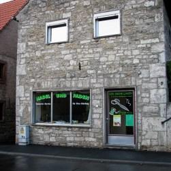 """Für manch alten """"Dorfladen"""" findet sich eine neue Verwendung. Das Gebäude ist mit seiner Bruchsteinbauweise übrigens ein typisches Haus für viele Dörfer in Unterfranken."""