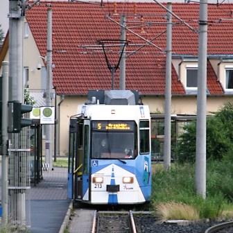 """Wagen Nr. 213 gehört zu den Fahrzeugen vom Typ """"GT-E"""" und wartet hier an der Endhaltstelle in Rottenbauer auf die Abfahrt."""