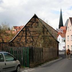 Ein altes Fachwerkhaus bröckelt vor sich hin.