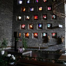 Bunte Fenster werfen ein schönes Licht in den Innenraum der Kirche.