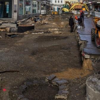 Blick auf die Ausgrabungsstelle in der Eichhornstraße. Im Vordergrund erkennt man noch den Brunnen der inzwischen einbetoniert wurde.